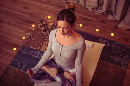 Faire de la méditation avant le coucher peut permettre de régler ses problèmes à trouver le sommeil