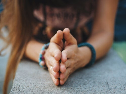 Une femme en train de pardonner