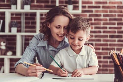 Une mère tentant de développer la créativité chez son fils