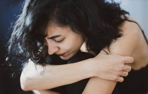 Une femme ayant besoin de pardonner