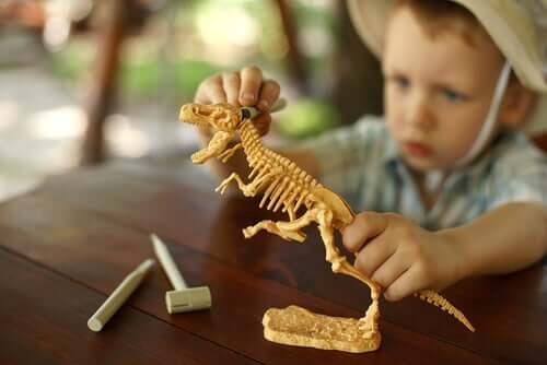Les enfants sont souvent passionnés de dinosaures.