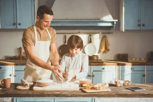 Un père apprend à cuisiner à son fils pour dissiper l'anxiété face au coronavirus