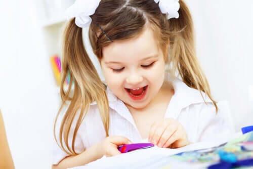 Une petite fille en plein passe-temps créatif