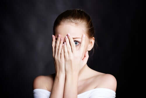 Une femme envahie par la peur de l'insignifiance