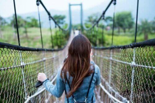 Une femme sur un pont