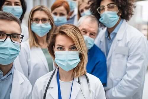Des professionnels de la santé avec masques à qui nous devons dire merci