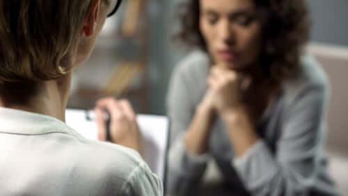 Pourquoi les femmes étudient davantage la psychologie ? 12 raisons neuroscientifiques