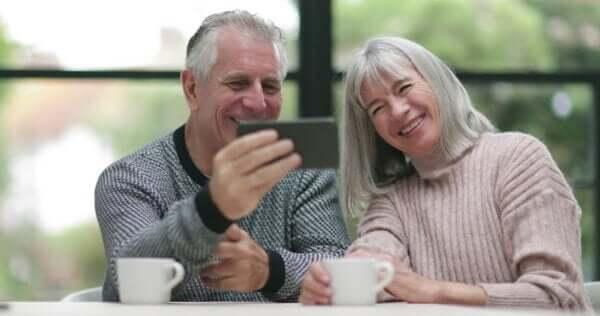 Un couple maintenant les liens à distance avec sa famille