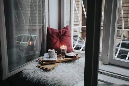 Un coin original près d'une fenêtre dans un petit appartement pendant le confinement