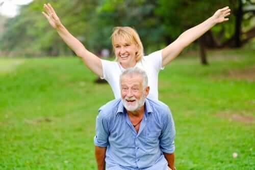 Le vieillissement actif d'un couple de personnes âgées