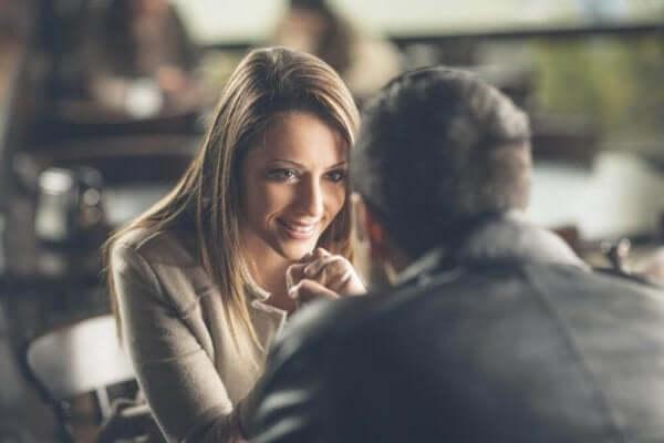 Le contact visuel entre une femme et un homme