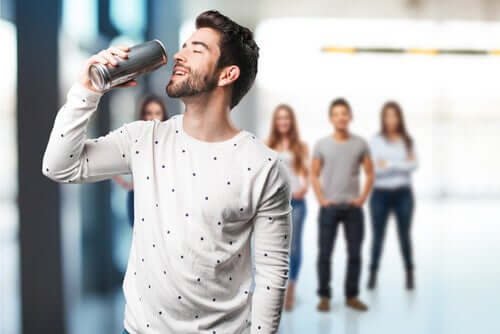 Un homme consommant des boissons stimulantes