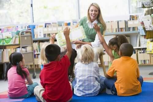 Une enseignante mettant en place dans sa classe l'éducation inclusive