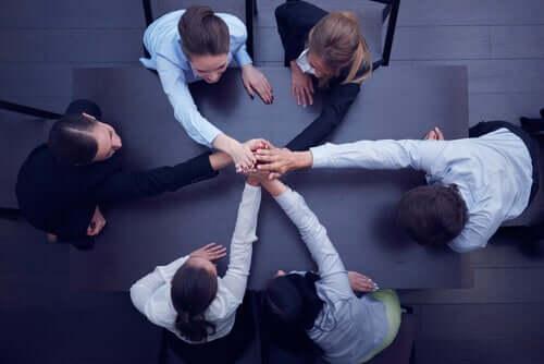 Une équipe de travail mains sur les mains, déterminée à faire face à la crise du coronavirus