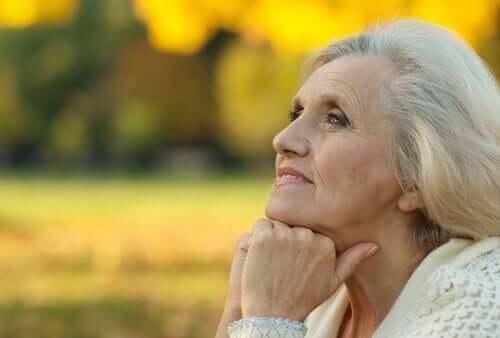 Une femme âgée réfléchissant au vieillissement actif