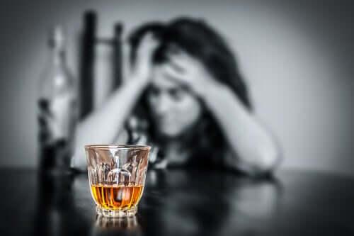 Une femme alcoolique avec un verre