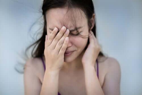 Une femme angoissée à cause d'un trouble mental