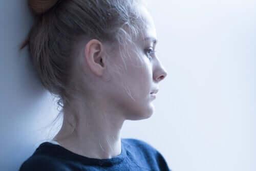 Une femme anxieuse à cause de l'hypocondrie dont elle souffre