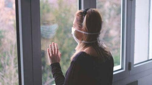 Une femme avec un masque à sa fenêtre