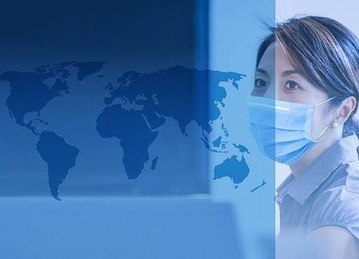 Une femme portant un masque pour faire face à la crise du coronavirus