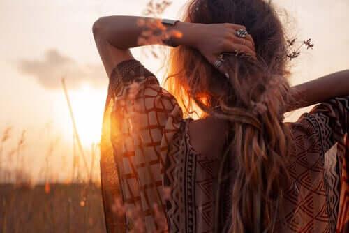 Une femme face au coucher de soleil