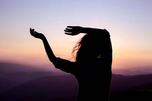 Une femme pratiquant la danse au coucher de soleil