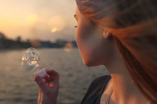 Une femme qui fait des bulles