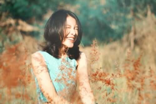 Une femme heureuse dans un champ