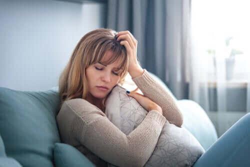 Une femme rongée par l'inquiétude