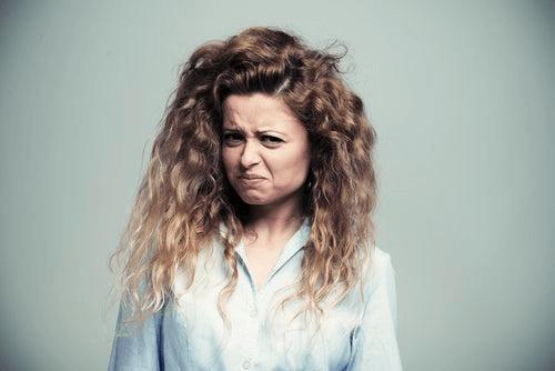 Une femme envahie par le dégoût