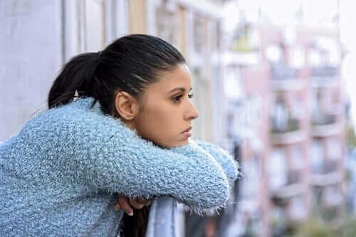 Une femme qui pense depuis son balcon aux schémas cognitifs