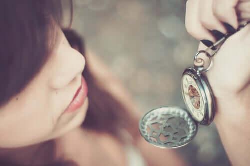 Une femme regarde une montre