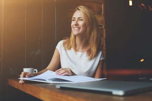 Une femme qui sourit au bureau car elle construit sa vocation