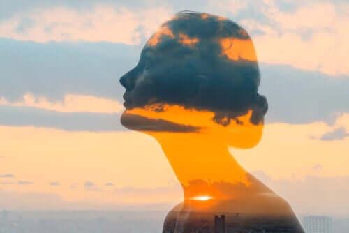 Le visage transparent d'une femme dans les nuages