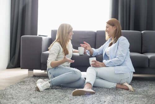Deux femmes en train de discuter pour affronter l'isolement du à la quarantaine