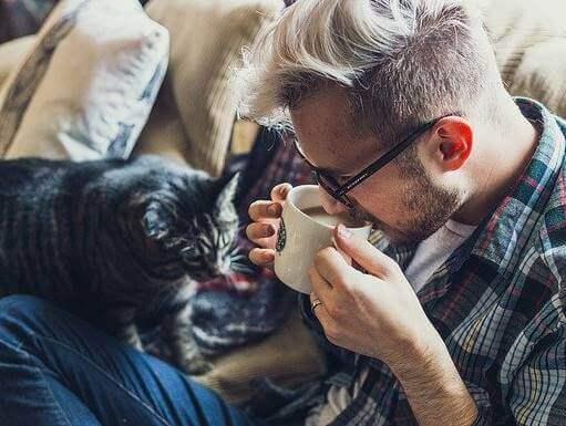 Un homme et son chat confinés dans un petit appartement
