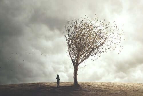 Un homme face à un arbre