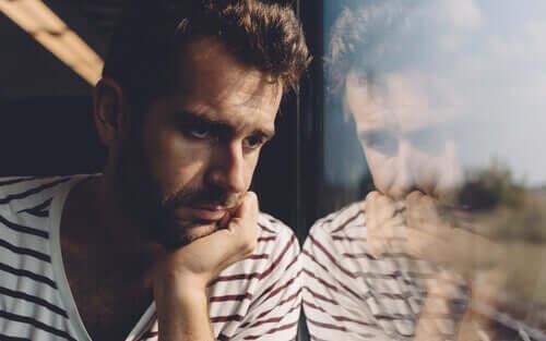 Un homme inquiet du fait de la surcharge émotionnelle