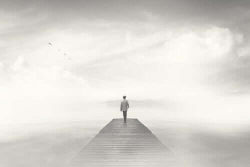 Un homme qui marche seul sur une passerelle