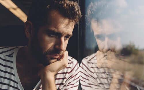 Un homme pensif réfléchissant aux mots de Rafael Santandreu