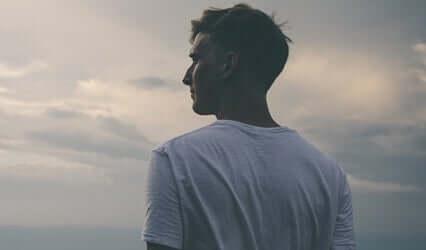 Un homme regardant l'horizon avec le COVID-19 en tête