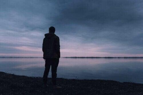 Un homme triste face à la mer