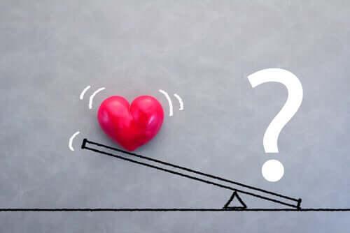 Un coeur et un point d'interrogation sur une balance