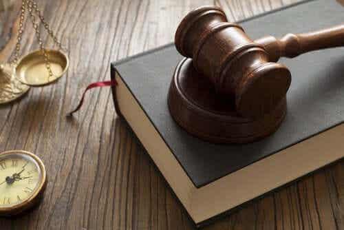 Quelles sont les différences entre la loi et la norme ?