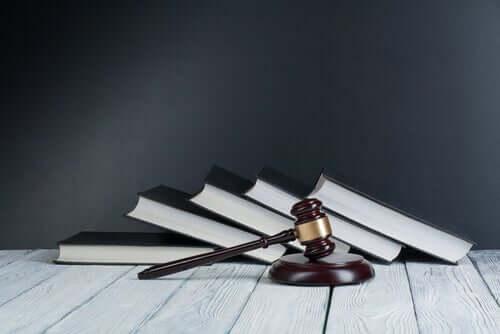 La loi représentée par le marteau du juge