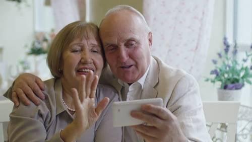Nous prendrons à nouveau nos grands-parents dans les bras (les liens à distance)