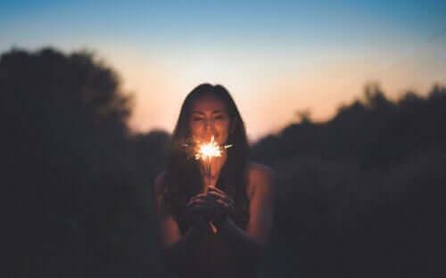 Une femme tenant une lumière