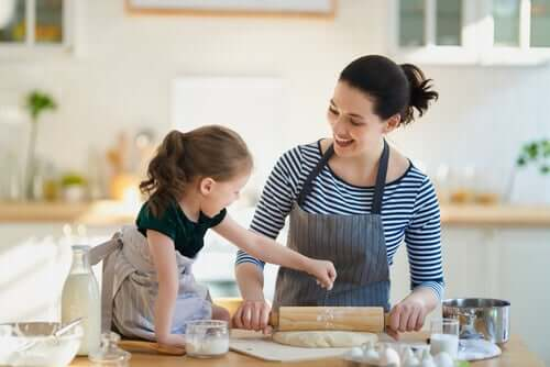 Une maman et sa fille qui cuisinent