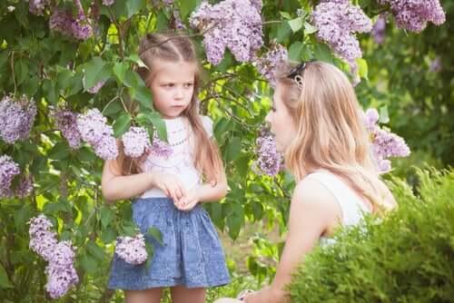 """Une petite fille apprenant à écouter le """"non"""" de sa mère"""