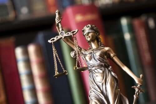 Une statuette qui symbolise la loi